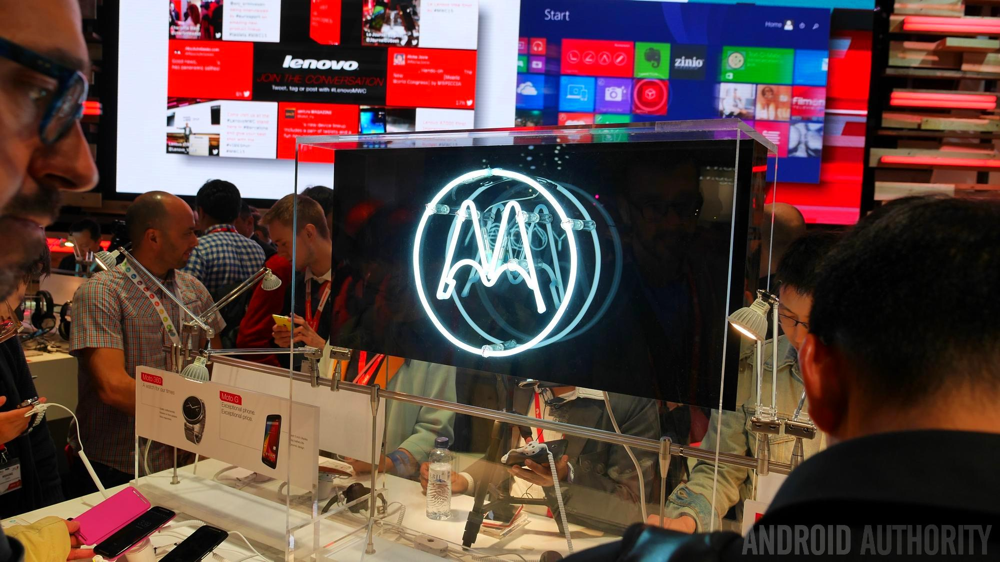 MWC 2015 showing people browsing gadgets and a Motorola illuminated logo.